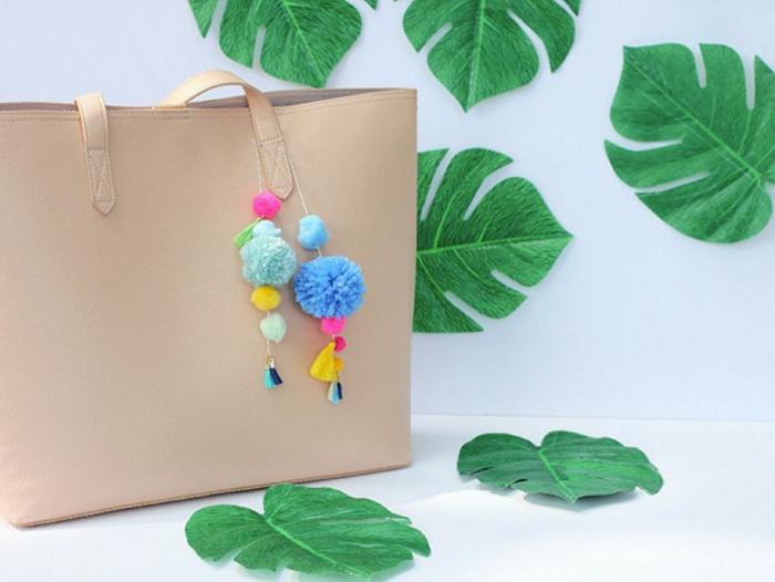 cómo hacer pompones de lana, precioso bolso decorado con pompones DIY, pelotas de hilo en diferentes colores