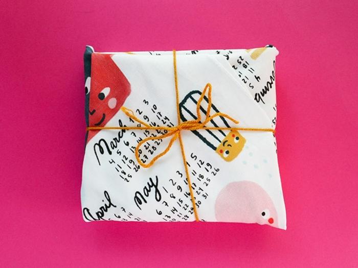 ideas con tela en dibujos decorativos, embalaje DIY con telas, manualidades faciles para hacer en casa paso a paso