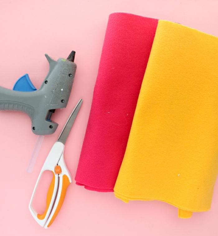 materiales para hacer manualidades San Valentín, hojas de fieltro en rojo y amarillo y pistola de pegamento