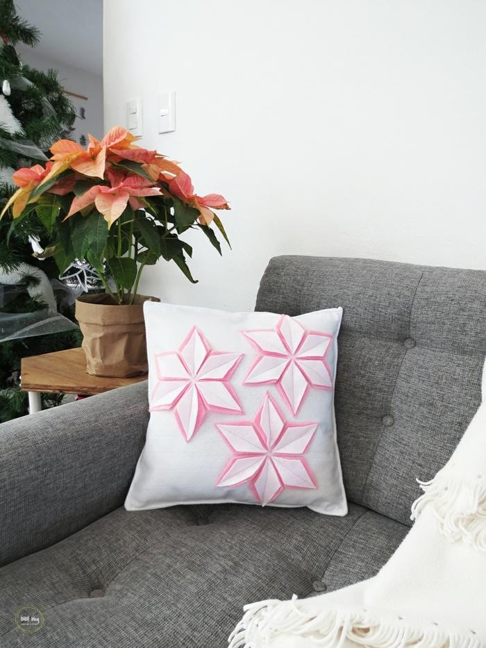 salón moderno decorado de una maceta con estrella de Navidad, manualidades de fieltro faciles de hacer con motivos florales
