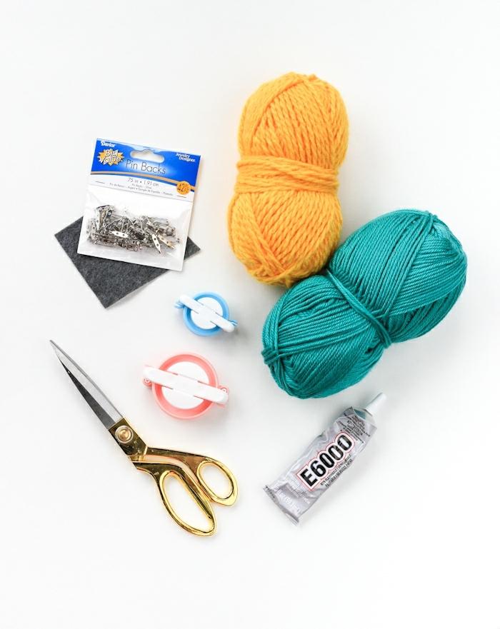 ideas sobre como hacer alfombras de lana, hilo de lana color amarillo y verde tijeras y pegamento, manualidades originales para decorar la casa