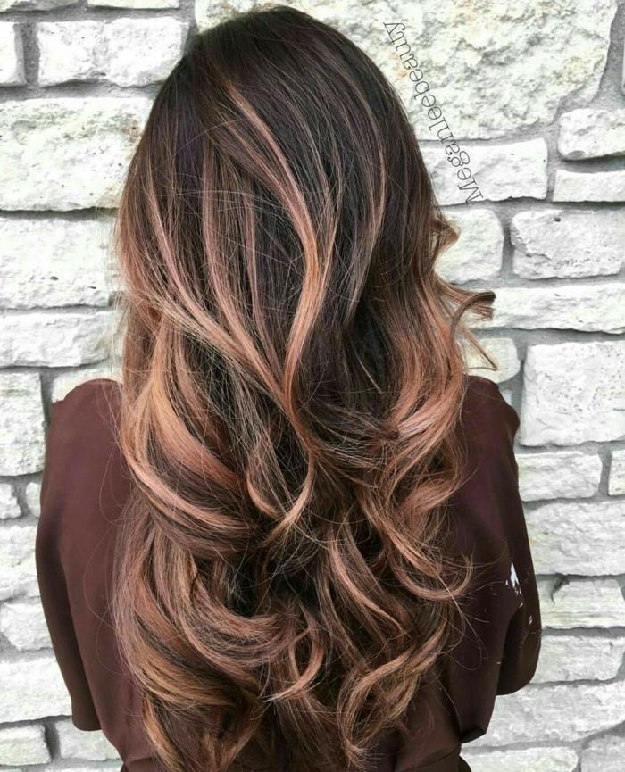 diferentes técnicas modernas para hacer mechas en el cabello, rayitos color cobre con shatush, cabello con grandes rizos