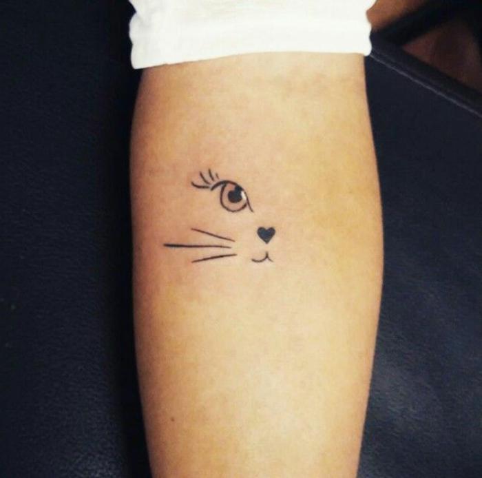 tatuaje divertido en el antebrazo, mitad cara de gato con nariz corazon, diseño divertido, tatuajes minimalistas