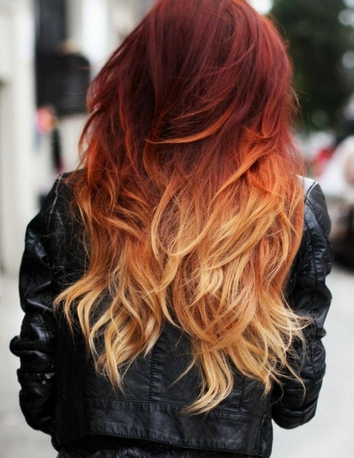 preciosa melena en rojo y rubio cobrizo, mechones rubios ligeramente ondulados, pelo muy largo
