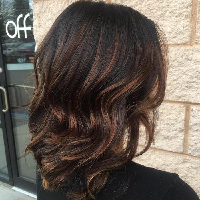 peinado moderno, media melena en castaño oscuro con mechas mas claros color cobre, pelo cortado en capas ondulado con shatush