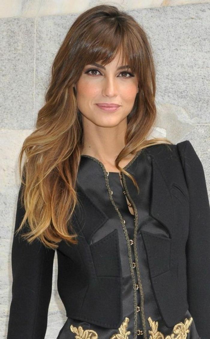 peinados de cabello largo mujer, corte a capas, pelo con efecto ombre, flequillo moderno de cortina, tipos de flequillos