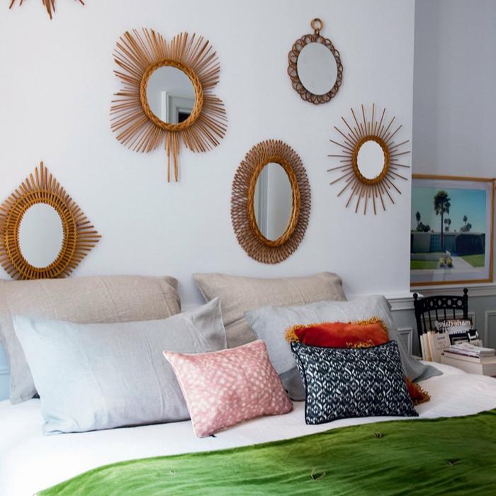preciosos espejos vintage con marcos ornamenados dorados, cinco espejos decorativos, dormitorio matrimonio acogedor