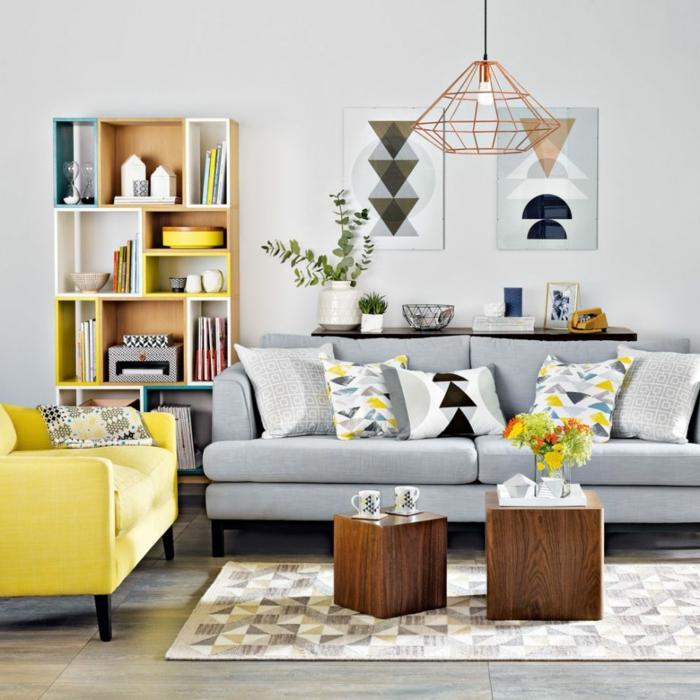 paredes grises, salon pequeño con mucha luz, combinación de madera natural con gris y amarillo, tapete y cuadros con figuras geométricas