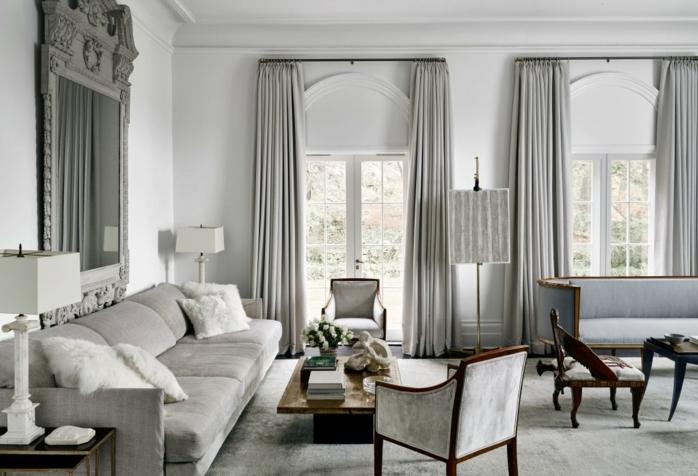 habitación gris, salon lujoso, estilo clásico, gris predominante, sofá con cojines, mesa de madera, ventanales con cortinas