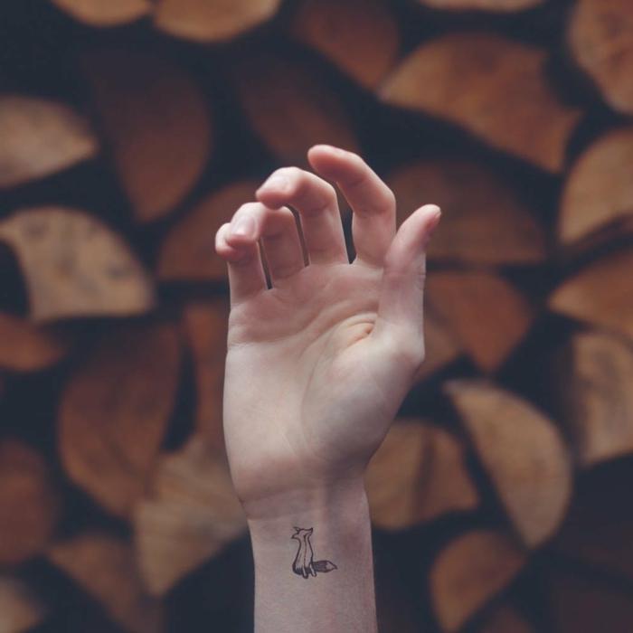 mano de hombre, tatuaje de zorro pequeño en la muñeca, tatuajes pequeños con significado