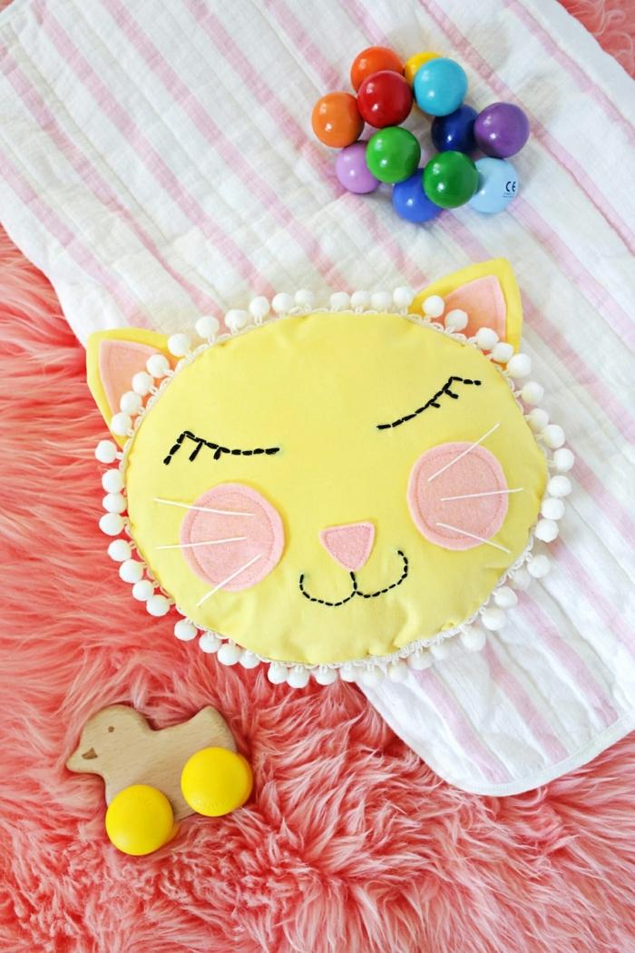 cojines decorativos para bebes, almohada en forma de gato hecha de fieltro colorido, manualidades con fieltro con tutoriales