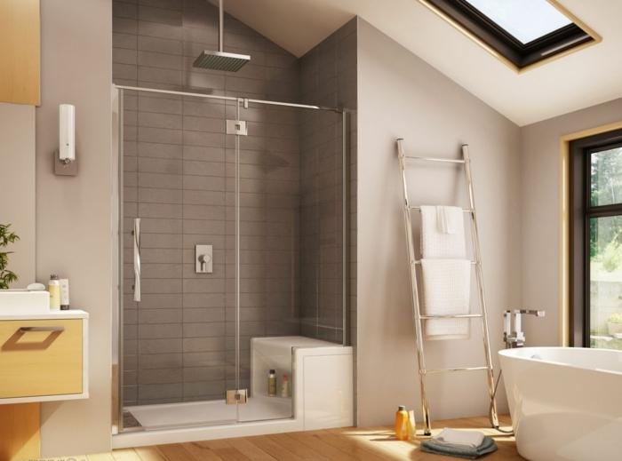 baño con mucha luz y ventana en el techo. decoración en marron y amarillo, ducha con plato y asiento, baños pequeños modernos, toallero de metal, bañera moderna,