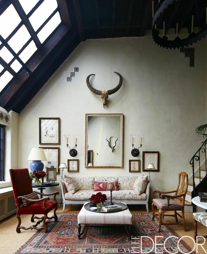salones modernos pequeños con techo inclinado, muebles de diseño con toque vintage, sillones tapizados de terciopelo