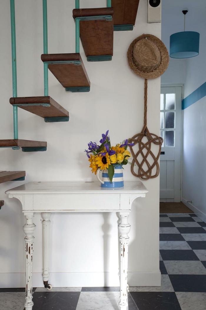 como decorar un recibidor moderno, ambiente decorado en blanco y azul, decoración de flores y muebles con efecto envejecido