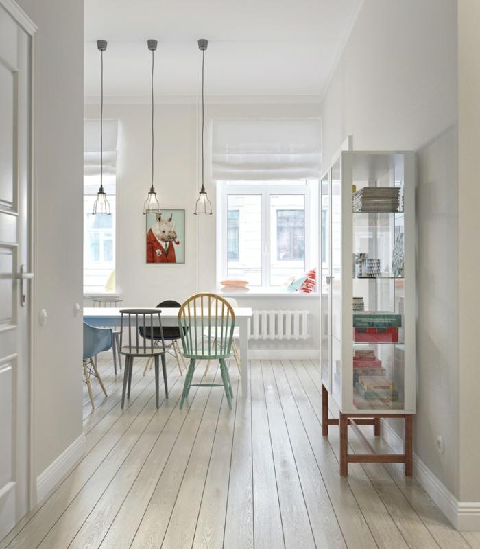 comedor minimalista, decoracion nordica salon, suelo con tarima, mesa blanca rectangular, estantería con vidrio, sillas desparejas, gris, verde menta, amarillo. lámparas colgantes de vidrio