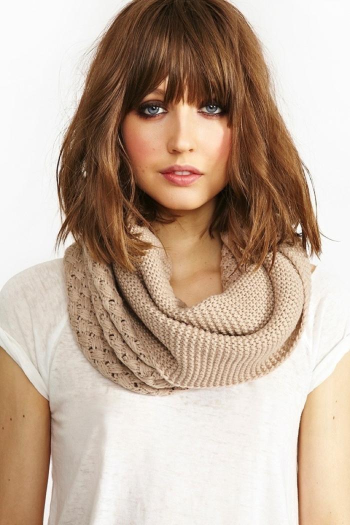 mujer con bufanda, cortes de pelo media melena, cabello al hombro, ojos azules, cerquillo recto denso, ideas de peinados modernos