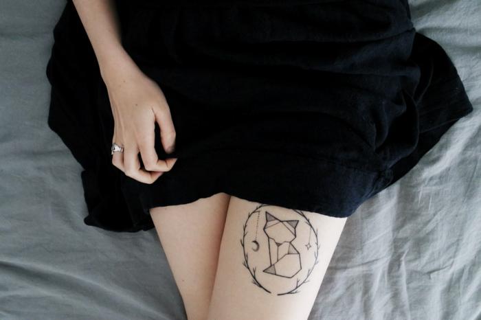 tatuaje en la cadera, tatuajes pequeños mujer, vestido negro, tattoo geometrico, imagen de perro estilizado