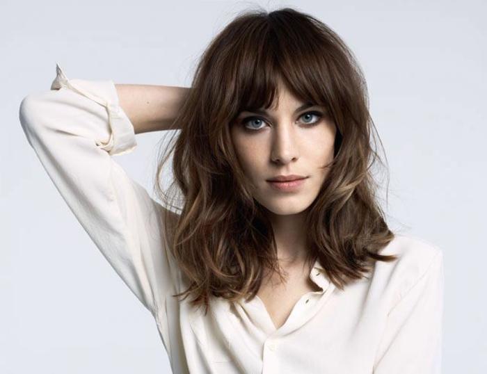 melena con flequillo, mujer con cara ovalada, media melena a capas, cerquillo de cortina, camisa blanca