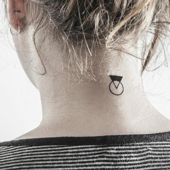 combinacion de circulo y triangulo, tatuaje en la nuca, mujer rubia con pelo recogido, tatuajes pequeños con significado