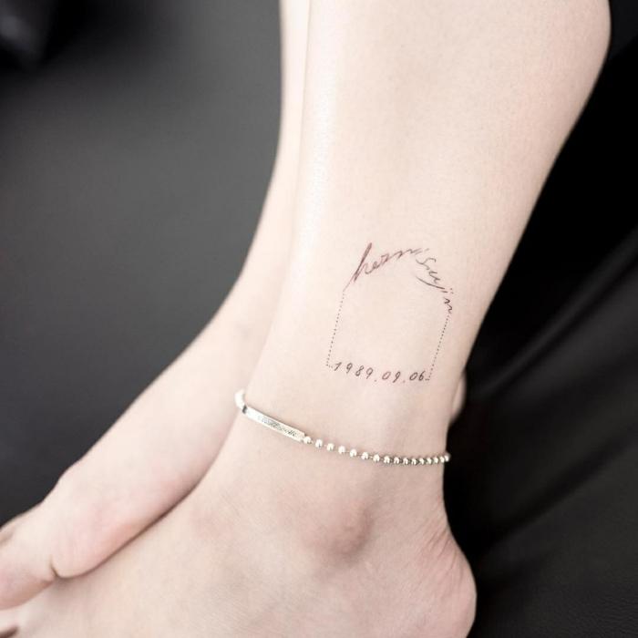 mujer con pulsera de plata en el pie, tatuajes originales, tatuaje con fecha y letras en forma de casa