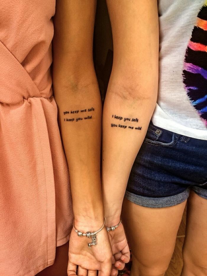 tattoo hermanos, idea para mujeres, tatuaje de frase en cursiva en el antebrazo, hermanas o mejores amigas, pulseras pandora de plata
