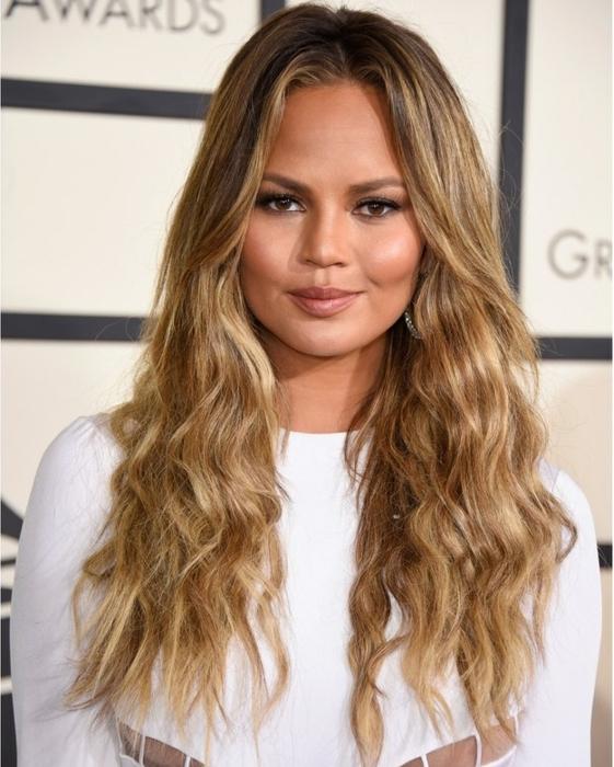 tendencias peinados con ondas en el pelo, ondas surferas en pelo largo color rubio oscuro con mechones mas claros