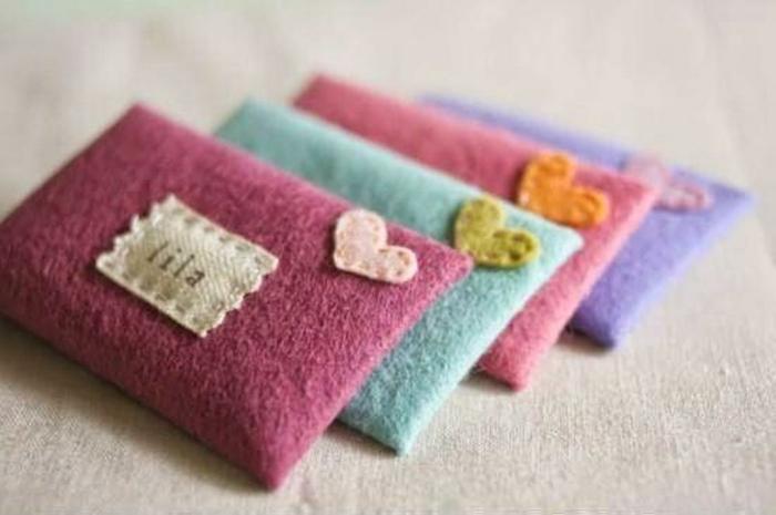 preciosos cojines para bebes con nombres hechos de lana en diferentes colores, decoracion con ornamentos en forma de corazon