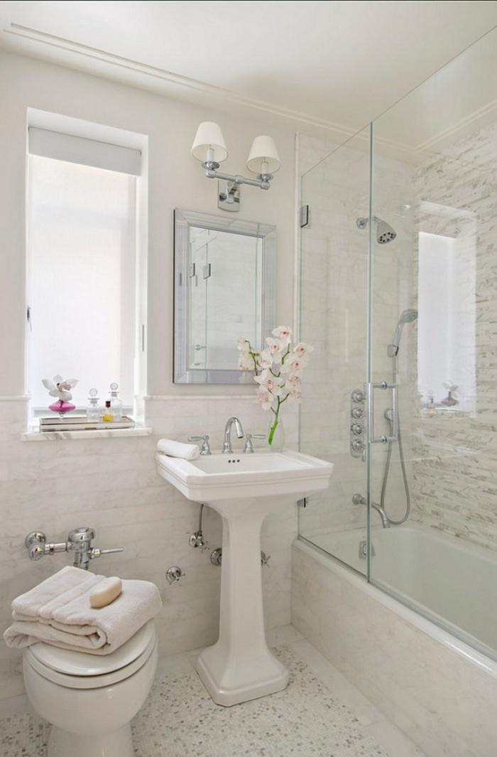 baño vintage en blanco y beige, ventana grande, decoracion con orquidea, ducha de obra combinada con bañera, baños pequeños con ducha, espejo plateado,