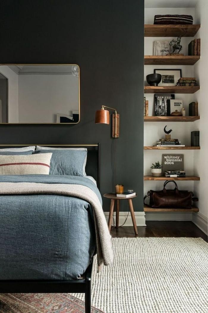 dormitorios matrimonio, paredes en gris pizarra, estantes de madera rustica con libros y decoraciones, espejo vintage, cama doble