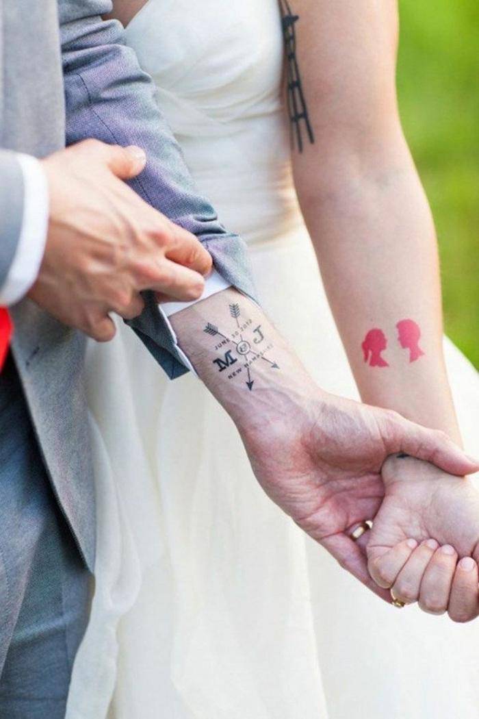 novios en el día de su boda, muñecas tatuadas, mujer con tatuaje de cabezas en rojo, novio con tatuaje dcon iniciales y flechas, tatuajes originales