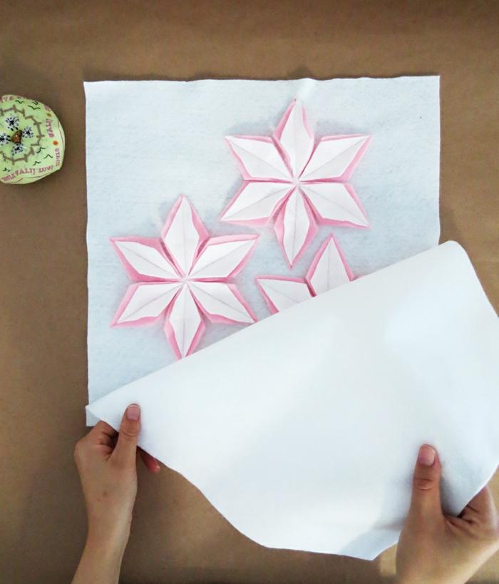 preciosa decoración DIY con elementos florales, motivos de fieltro blanco y rosado, manualidades de fieltro paso a paso