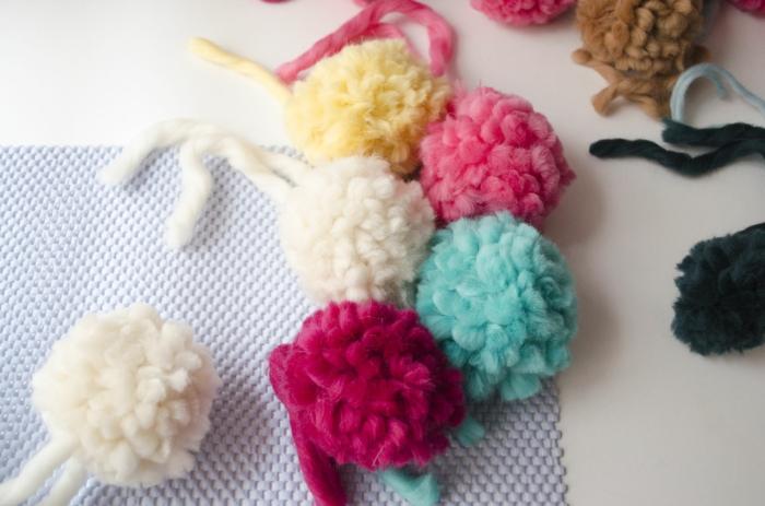 preciosos pompones para decorar una alfombra de pompones, estera sencilla y grandes pompones hechos a mano