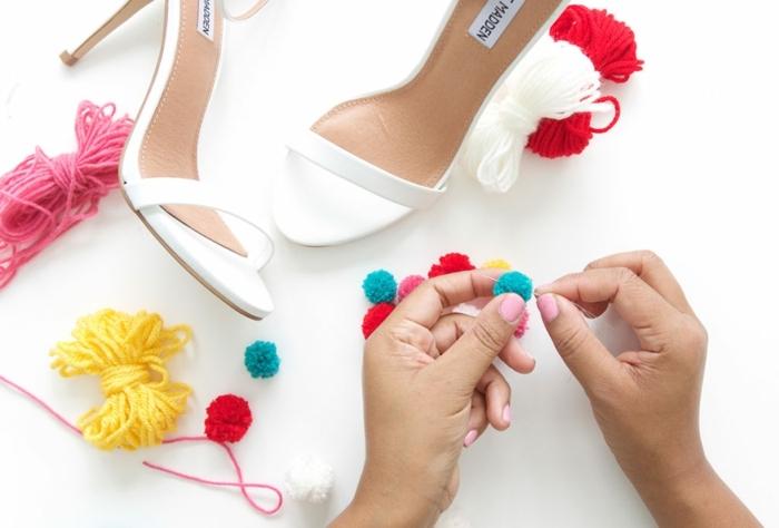 como hacer pompones para decorar tus zapatos, guirnalda de pompones DIY, decoración original para tus zapatos