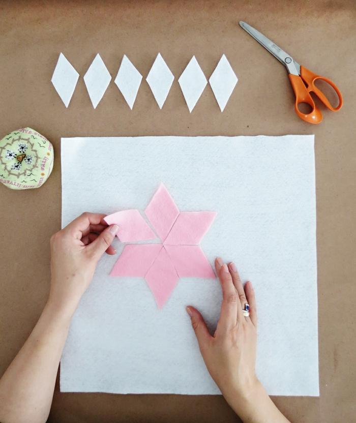 como hacer unos preciosos motivos en forma de flor para decorar una funda de almohada DIY, manualidades de fieltro con instrucciones detalladas