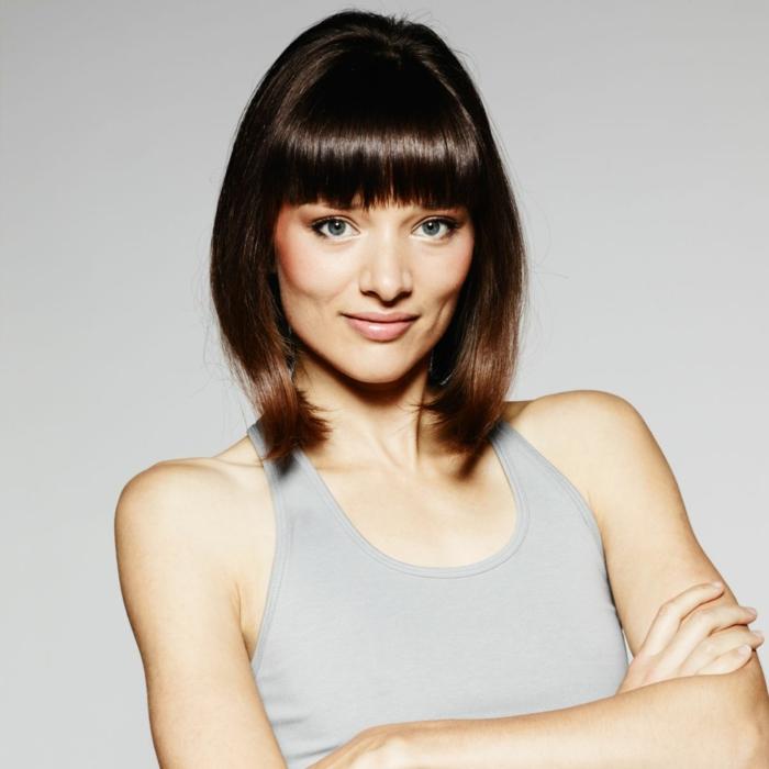 mujer con corte bob frances, cara alargada, pelo lacio con mucho brillo, fleco recto y tupido, flequillo largo