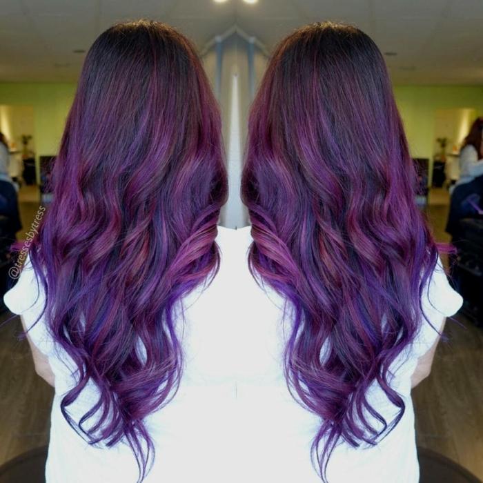 larga cabellera en color ultravioleta cortada en capas, técnica de balayage tendencias en el pelo mujer 2018