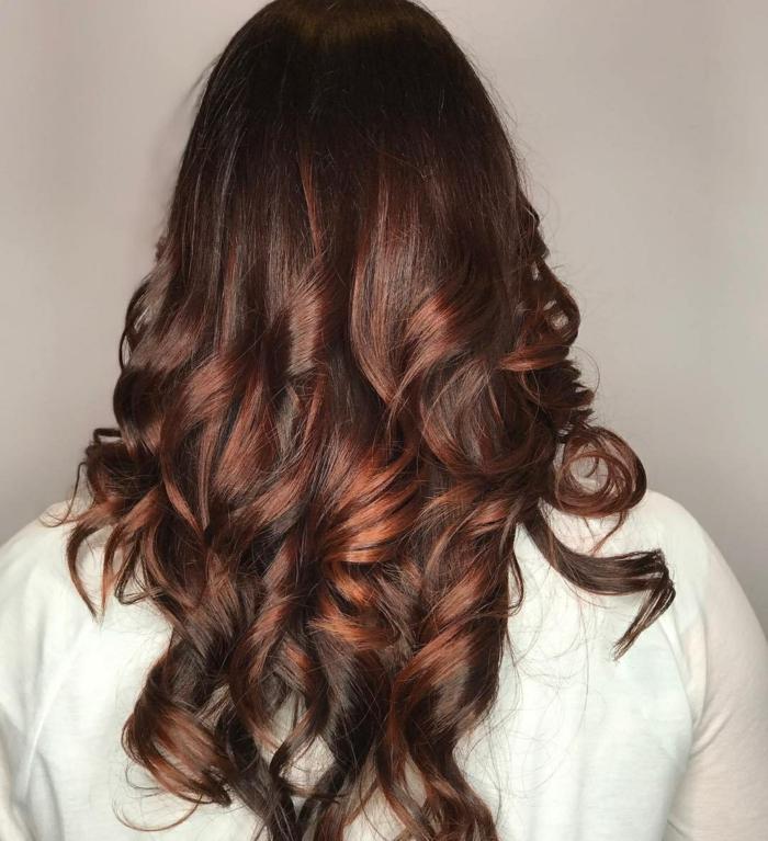 cabello degradado con rizos bien definidos, fotos de rayitos en cabello oscuro, pelo cortado en capas