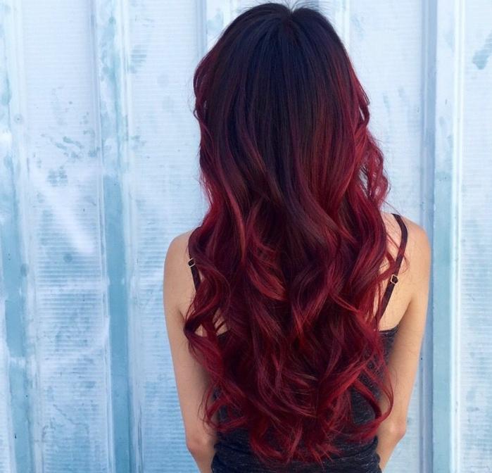 preciosa cabellera en color rojo fuego, mechas mas claras, ejemplos de pelo con puntas californianas
