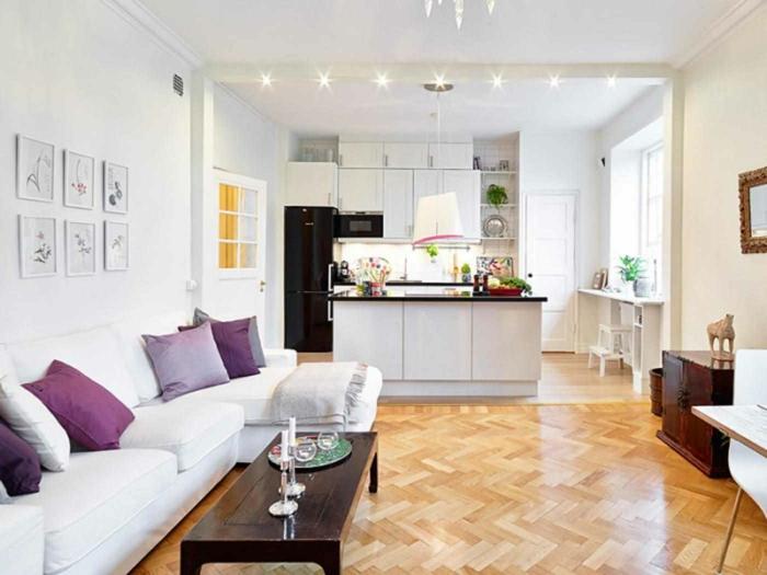 ideas para amueblar una cocina comedor en blanco, pequeños detalles en lila, mesa baja de madera y suelo de parquet
