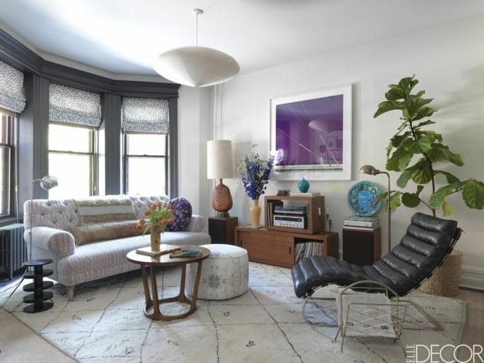 decoración de salones modernos pequeños, muebles con toque vintage, preciosa sofá en color rosa con respaldo en capitoné