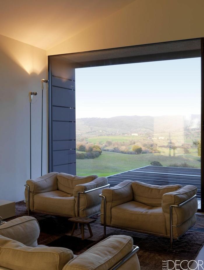 rincón de encanto en una sala de estar con grandes ventanales, salones modernos pequeños con muebles bonitos y funcionales