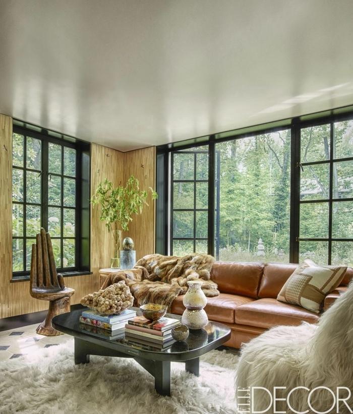 salón elegante y acogedor decorado en estilo minimalista con grandes ventanales, detalles decorativos en blanco y beige