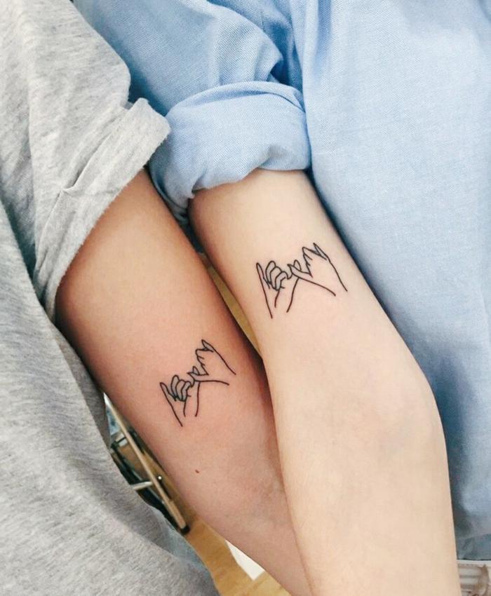 tatuajes para hermanas, manos sellando promesa, tatuaje pequeño en el brazo, brazos delgados, idea de tattoos para dos