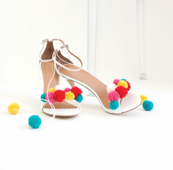 zapatos originales decorados con ornamentos de lana en colores, como hacer pompones paso paso, manualidades fáciles con hilo