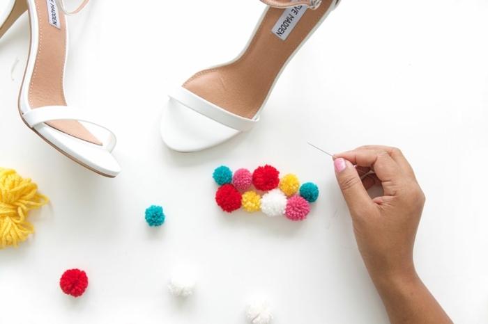 tutorial completo para decorar tus zapatos con bolitas de lana en colores, como hacer pompones pequeños DIY
