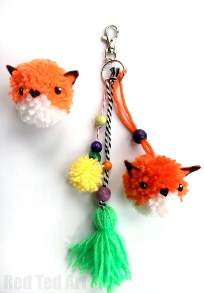 como hacer pompones pequeños, portallaves con ornamentos divertidos, pompones en forma de animales hechos a mano