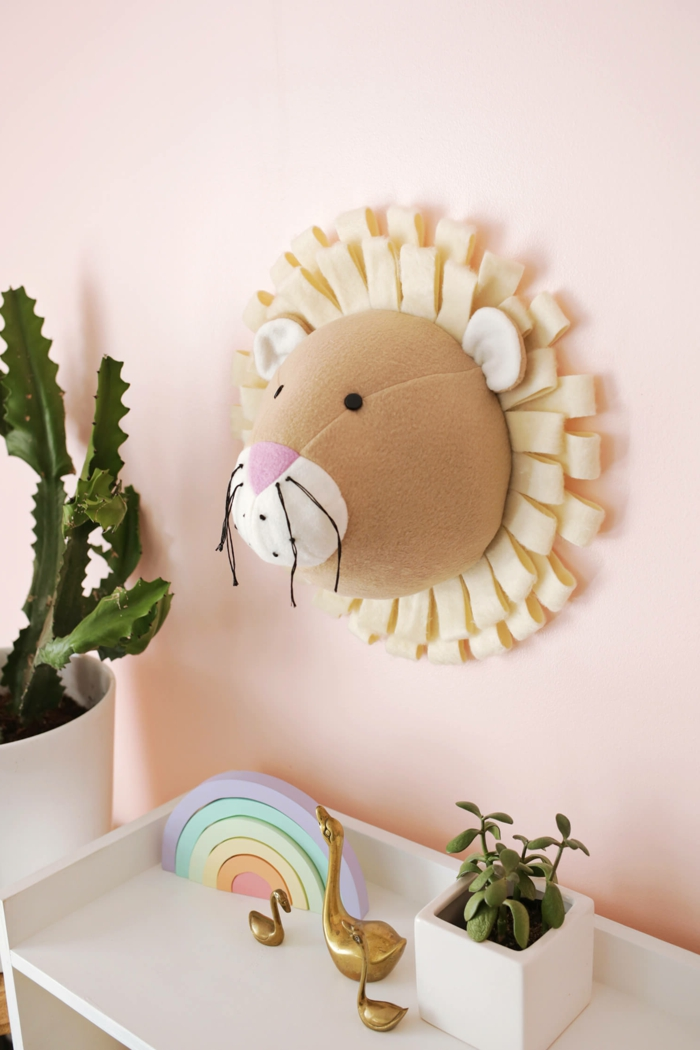 bonita decoración casera en forma de cabeza de león con melena, proyectos DIY faciles de hacer paso a paso
