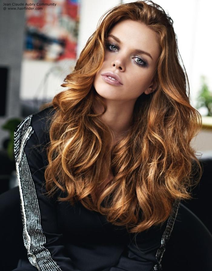 mujer con pelo largo con ondas desordenadas, como hacer ondas con la plancha para dar volumen al cabello