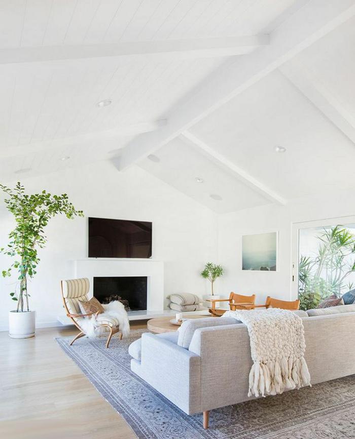 ejeplos de salones de diseño, sala de estar en una buhardilla, techo en blanco con vigas de madera y luces empotradas