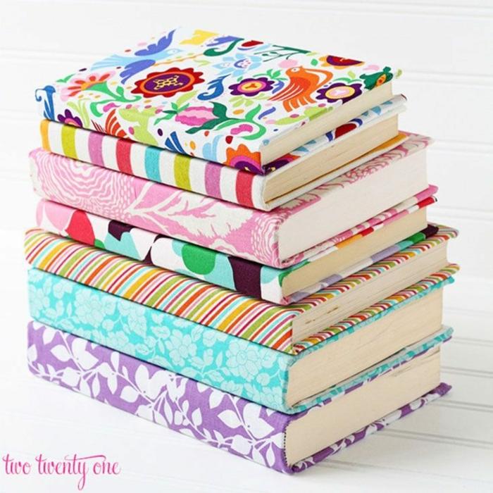 manualidades fieltro ideas encantadoras, cubiertas de libros DIY, telas con estampados coloridos con motivos florales